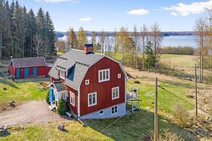 För fritids- eller permanentboende i Hovnäs. Ett välskött hus i 1½-plan. Vatten, skog, öppna fält och härliga promenadstråk.  I närområdet ligger bland annat nationalpark och forsfiske. Foto: Patrik Persson.