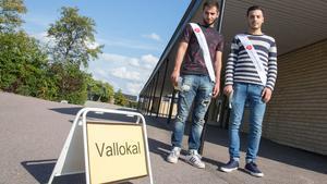 Vid Nybyholmsskolan delade Mohammad Obiedallah och Musaab Rahhal ut valsedlar för Socialdemokraterna.