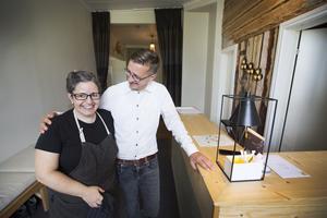 Simone Carryester ser till att gästerna får mat. Jeroen Sleurs håller ofta till i receptionen.