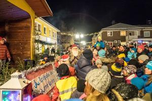 Vid sextiden blev det fullt på torget när tomten kom med julklappar till barnen.
