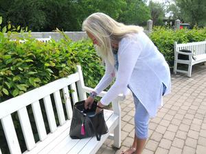 En hektisk valrörelse drar i gång för Eva Lindberg. Handväskan är packad och klar.