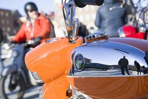 Många av mopederna är putsade och blänker fint i solen på Stortorget.