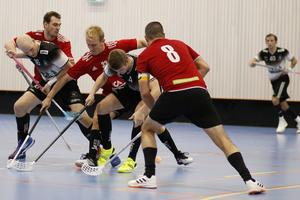 Johannes Sörman, Rasmus Eidmén, Johan Lindström, Niklas Sohlberg och Tomas Åman i kamp om bollen.