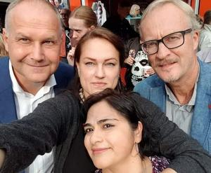 """""""Tack för ett fint och folkligt ledarskap"""" skrev Linda Sjögren på Facebook när nyheten om att Jonas Sjöstedt avgår kom. Här är den avgående partiledaren på bild tillsammans med Södertäljepolitikerna Linda Sjögren, Staffan Norberg och Erika Murga. Foto: Linda Sjögren"""