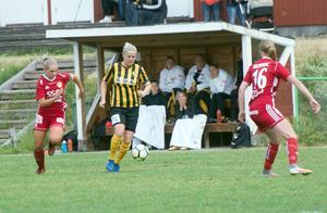 Korsnäs Matilda Bergkvist går till attack mot Gustafsförsvaret.