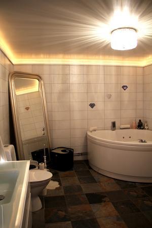 Anne-Lies badrum har både ett stort lyxigt badkar och dusch.