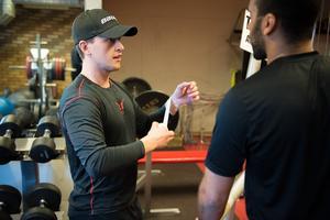 Filip Lander pratar med Jeremy Boyce under gympasset i NHK Arena.