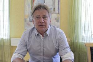 Om även kommunchefen Jan Lindström ska få högre lön avgörs av kommunalrådet Leif Pettersson.