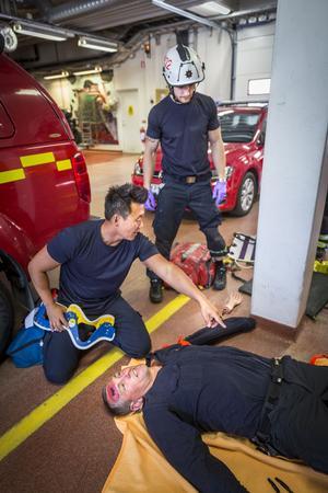 Andreas Malmström är först på övnings-olycksplatsen i garaget och berättar för Emil Blixt vad han måste göra för att rädda Niklas Månsson.