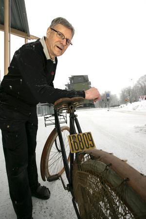 Nummer 16809. Cykel- och sporthandlaren Berndt Lindell visar en hoj från 1907 med nummerskylt. Berndt fick cykeln i inbyte för en massa år sedan. Den är tillverkad i Småland, och har karbidlykta där fram. En grevinna bjöd 12 000 kronor för cykeln, men Berndt sa nej.