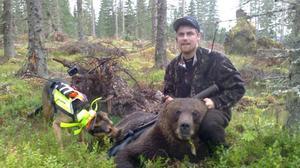 Peter Forsblom och hunden Putte hade en lyckosam björnjaktspremiär. En björnhane på 107 kilo sköts i Nybo, väster om Edsbyn.