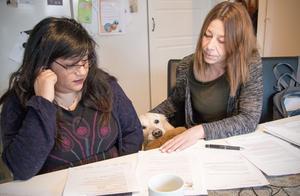 Eleonora Ahlbäck och Anna Wilhelmsson uppmanade drabbade att inte skriva under nya hyran. Otroligt att kommunen vänder sig direkt till hjälplösa människor med hyreshöjningar på 30-40 procent, sade de till Bbl/AT 15/2.