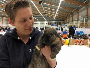 Tina Bierfeldt och kaninen Dreams. Tina är ordförande i Mälardalens Kaninhoppare som arrangerade SM i kaninhoppning denna helg i Hallsta Arena.