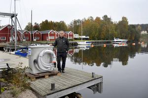 Milan Kolar vid den maskin, som inhandlats för den lagändring som gäller från nästa vår och som ska pumpa upp båtarnas toalettavfall.