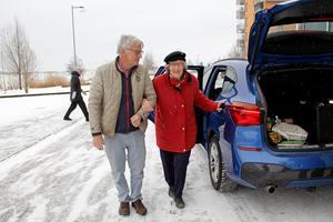 Leif Johansson hjälper Vera Fröling att ta sig från bilen. De bor i Residens Mälaren på Lillåudden.