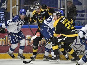 Leksands Marcus Karlberg och Västerås Sebastian Benker under torsdagens ishockeymatch i Hockeyallsvenskan mellan Leksands IF och Västerås IK i Tegera Arena.