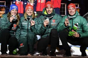 Tyskland tog silver i VM-premiären i mixstafett. Här är fyra glada medaljörer:  Vanessa Hinz , Denise Herrmann, Arnd Peiffer och Benedikt Doll. Foto: TT/Anders Wiklund