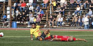 Heby AIF:s James Papa Yaw Yeboah fick Sala FF.s Jakob Eklund på fall i derbyt på Tegelvallen.