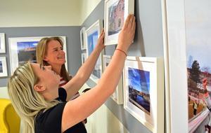 Ebba Diffner Carlsson och Alva Drake jobbar med utställningen i Bragegallerian.