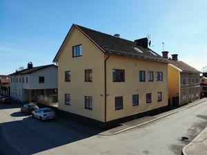 Byggt 1936, fastighet med fem lägenheter i Elsborg, källare med bland annat tre förråd och tvättstuga. Foto: Slagga