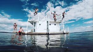 Badhopp från husbåten.Foto: Markus Bengtsson/Privat