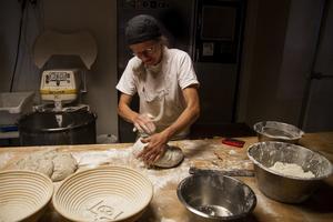 Dorothea Guth som knådar en deg gjord på råg och vete med 50% fullkorn. Hon har nu bageriet på Öster i Hudiksvall, men i framtiden planerar hon att flytta det till sin gård utanför stan.