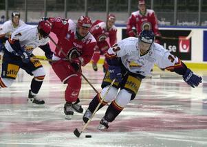 Frölundas Stefan Larsson försöker stoppa Djurgårdens Vladimir Orszagh. Foto: Annette Friberg/TT.