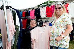 Kompisarna Helen Forsberg, Stöde och Anna Jansson, Uddevalla, provade kläder i ett av alla marknadstält.