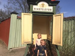 """""""Vad det här är? Ingen aning."""" Nelly Strid, 6 år, och brodern Charlie, 3 år,  tittade in i en klassisk telefonkiosk."""