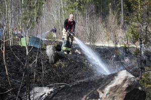 Räddningstjänsten jobbade i flera timmar med att kontrollera så att branden inte skulle ta sig igen.