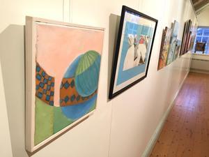 Konsten fyller väggarna. I förgrunden Start/Lähtö av Leila Gullblom och Gossip av Bodil Mok.