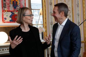 Frankrikes kulturminister Francoise Nyssen och konstnären Jeff Koons i ett samtal om skulpturen. Bild: AP Photo/Christophe Ena