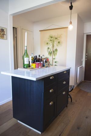 Köksöns bänkskiva sticker ut på ena kanten, vilket gör det möjligt att använda som bord.