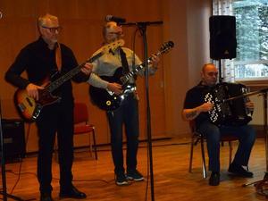 En trio som får jazznerverna i dallring. Conny Lundström dragspel spelade för andra året i rad på spelemansstämman tillsammans med Lars Fahlander gitarr och Göran Moberg elbas.