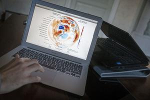 Via datorn kan Erik Wanneberg hålla koll på jetströmmarna i atmosfären.
