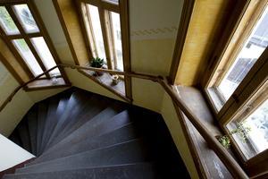 Även trapphuset andas en känsla av historia. Trappstegen är av kalksten och de stora fönstren är ådringsmålade.