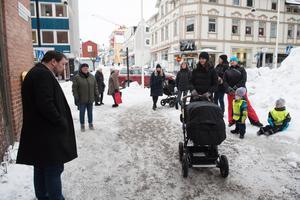 En namninsamling om att behålla dagbarnvårdare i Örnsköldsviks kommun lämnades över till Kristoffer Park (S) tidigare i år.