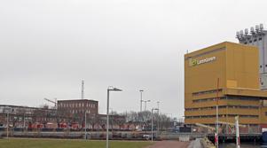 Lantmännens anläggning ligger intill området som ska bli nytt resecentrum, bostäder och kontor.