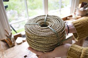 Rottingen kommer från en lianväxt som slingrar sig uppför träd. Men det finns även andra material som kna användas vid möbelflätning. Pappersfiber och som här sjögräs.