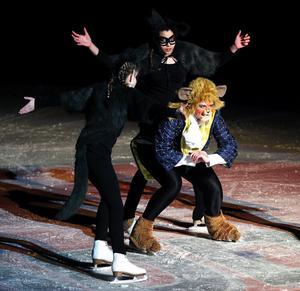 Odjuret (Ellinor Dahlin) har räddat Belle från vargarna (Evelina Thuresson, Jennifer Sandin, Tatyana Pettersson) men blev själv skadad i kampen.