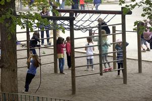 Dela upp skolgården i olika sektioner som tilldelas olika klasser, så att barnen i möjligaste mån bara är med den egna klassen, föreslår insändaren.
