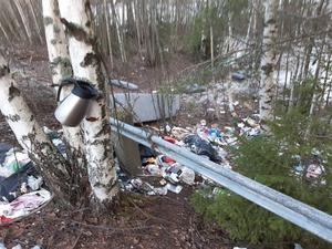Cirka 100 meter från vår fina återvinningscentral på Svartvikskajen har någon skapat en helt egen soptipp. Det ser gräsligt ut, skriver