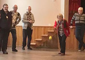Bengt-Åke Lundkvist, Göran Holm, Tore Fischer och Siw Lundkvist beundrar Marianne Rahms, 86 år, fina boulekast. Foto: Stefan Lindström