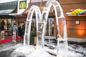 Inför invigningen hade snabbmatskedjan anlitat ett företag som skulpterat ett McDonald's-M i is.