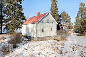 Huset, som byggdes 1930, har två våningar. Foto: Mäklarhuset