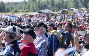 Publikrekord under lördagens Flygfest i Dala-Järna. Cirka 30 000-35 000 åskådare beräknades preliminärt. Foto: Mikael Forslund.