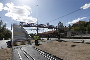 Insändarskribenten önskar att bärandet över den nya bron vid Södra station i Örebro underlättas.