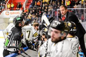 Tomas Mitell har efterfrågat bättre effektivitet från AIK-spelarna. Laget säkrade en plats i den hockeyallsvenska finalen i och med segern mot Karlskrona på torsdagen, men har samtidigt bara gjort tolv mål på de fem senaste matcherna. Foto: Simon Hastegård / Bildbyrån