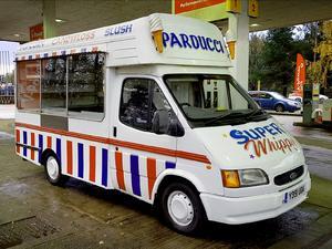 """Glassbilen har Henrik hämtat från Skottland. """"Med den vill jag införa den engelska glassbilskulturen i Sverige. Den kulturen är speciell och har funnits där i över 60 år"""", säger Henrik."""