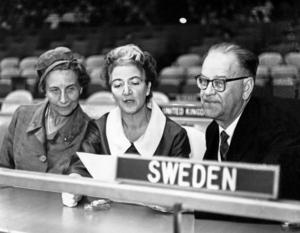 Statsminister Tage Erlander (S) och hans maka Aina hälsar på Agda Rössel i FN-byggnaden i New York 1961.Foto: Reportagebild/TT